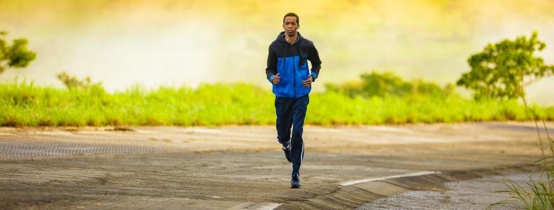 Przed, w trakcie i po. Kilka rad okołotreningowego żywienia biegacza.
